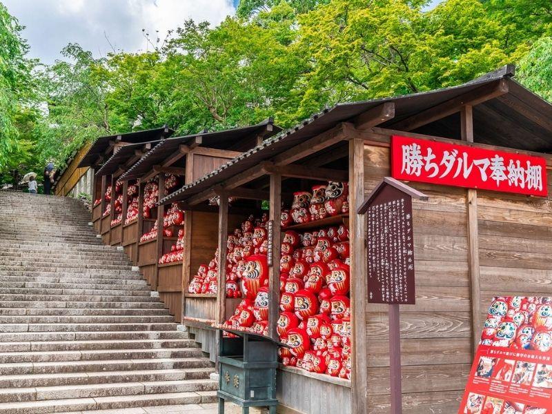 Những con búp bê Daruma ở chùa được gọi là Kachi Daruma